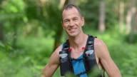 SLO, MO, DS Porträt eines lächelnden marathon Läufer im Wald