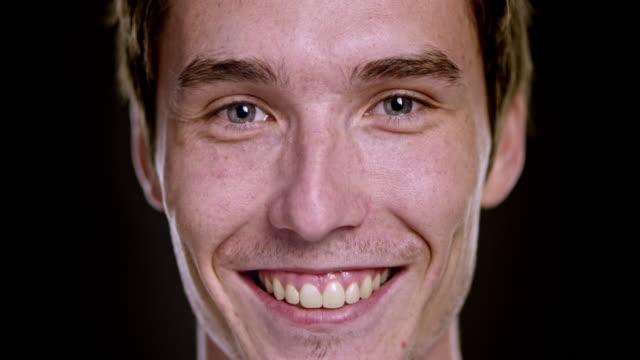 Portret van een lachende jonge blanke man