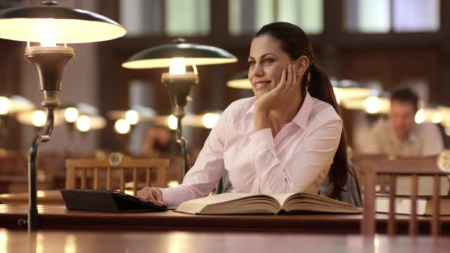 DS portret van een vrouw die dagdromen in de bibliotheek