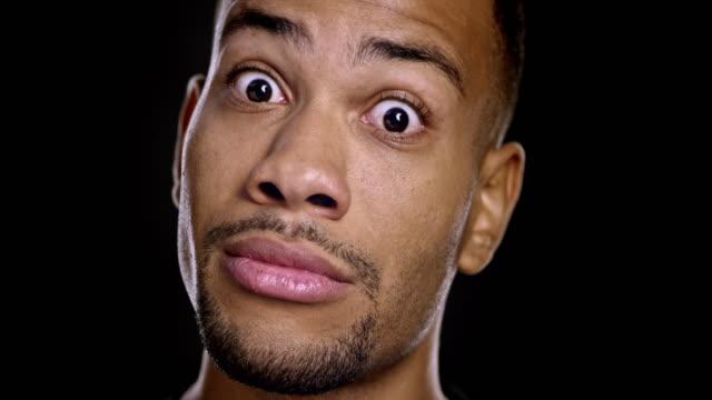 Portret van een jonge Afro-Amerikaanse man gezichten maken