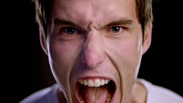 Portret van een jonge blanke man schreeuwen met woede