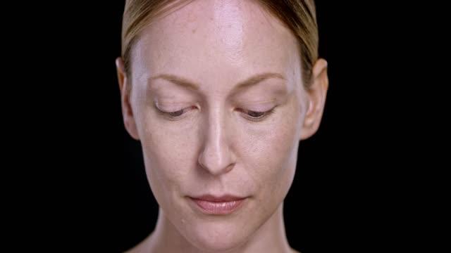 Portret van een jonge blanke vrouw opzoeken