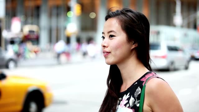 Ritratto di una giovane donna allegra a New York