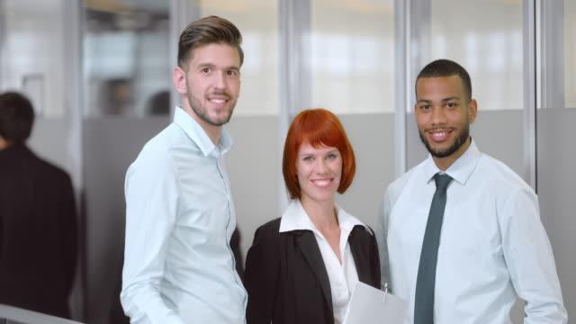 SLO MO Porträt einer jungen Geschlecht gemischte business-team