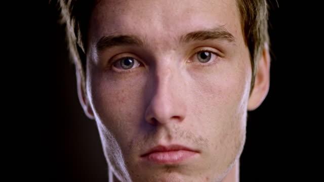 Portret van een jonge triest Kaukasisch mannetje