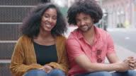 Portret van een aantrekkelijke Afrikaanse Amerikaanse echtpaar in de stad