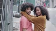 Portret van een aantrekkelijke African American in de stad