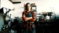 Porträt von hübschen weiblichen Arbeitskraft in einem Stahlwerk
