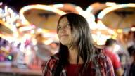 Porträt des jungen Mädchens im Vergnügungspark