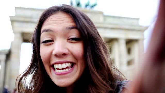 Porträt von junge Frau in Berlin-Brandenburg Gate