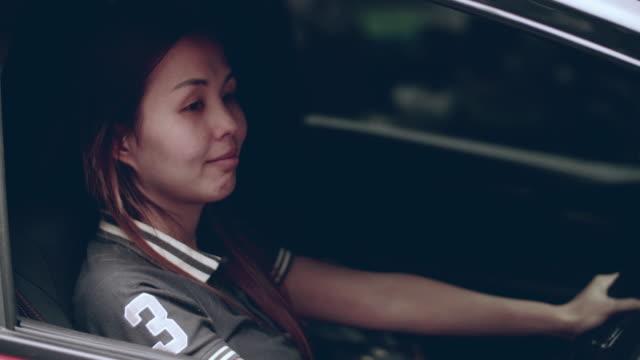 Portret vrouwen binnenkant van rode auto glimlachen