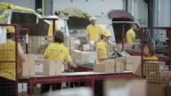 Mitarbeiter der Post beschäftigt entladen Flugzeuge Versandbehälter