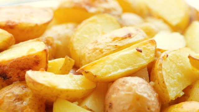 plakjes aardappel, gebakken in de oven