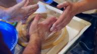 Pottenbakker meester en leerling tijdens workshop