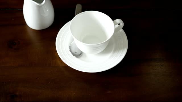 Pour English tea