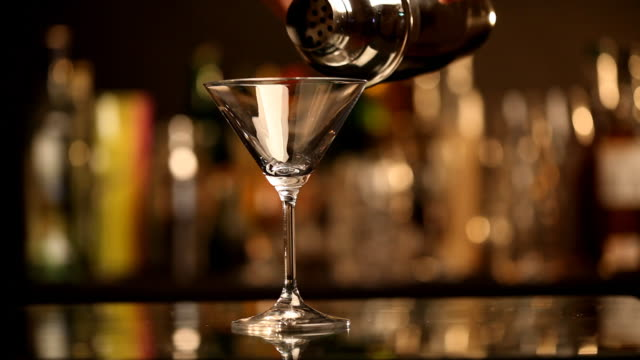 Eingießen einen cocktail
