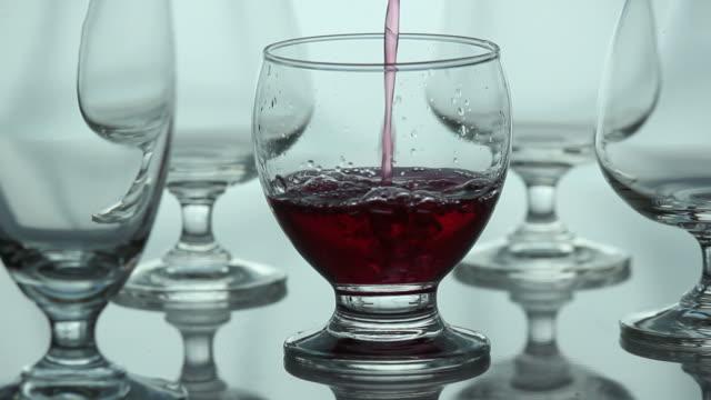 Eingießen Getränke.