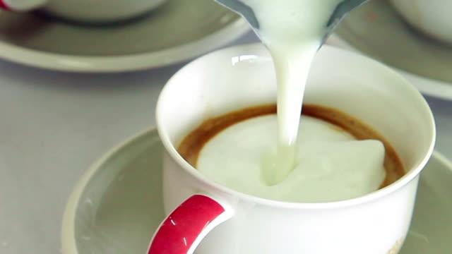Gießen Milch cappuccino machen.