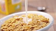 SLO MO gieten melk boven een kom van cornflakes