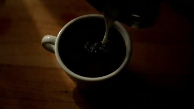 Gieten melk aan de koffie