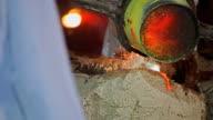 Gieten van vloeibaar metaal in gietstukken terwijl gelaagde witte rook uit de hoogovens. Verwerking van staal in de ijzergieterij plant.
