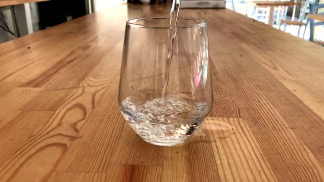 Gieten vol glas water in slow motion