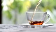 Thee - gieten hete thee theepot voortvloeiende aan theekopje