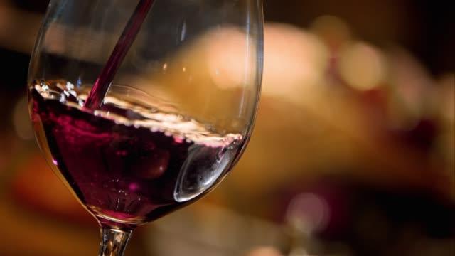 SLO MO versare vino in un ambiente set tavolo il giorno del ringraziamento