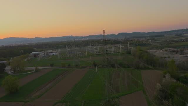 AERIAL Power lines in der Landschaft