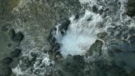 Starke Ozean Wellen schlugen in Lavagestein