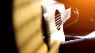 Het beoefenen van akoestische gitaar