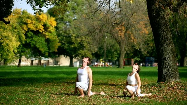 Practising Yoga in der Natur