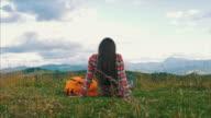 Schwangere Reisende ruht auf dem Rasen in Bergen