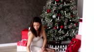 Schwangere Frau dekorieren Weihnachtsbaum