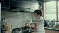 Zwangere vrouw in de keuken
