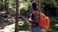 Zwangere vrouw maken selfie in bergbos