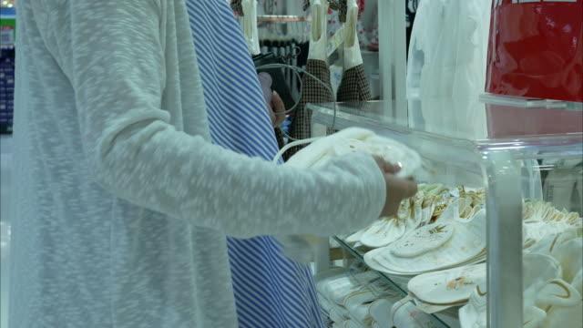 zwangere vrouw winkelen en slimme telefoon in de hand houden