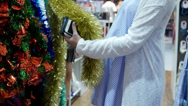 zwangere vrouw winkelen kerst ornament