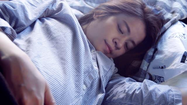 Donna incinta dorme