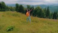 Zwangere vrouw stond met Polen wandelen op de rand van de berg