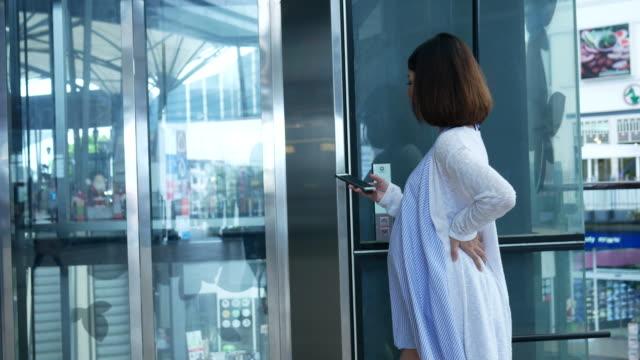 zwangere vrouw smartphone met lift