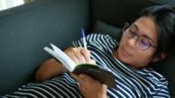 Schwangere Frau, ein Buch zu schreiben