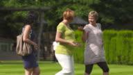 HD: Schwangere Frauen, die Spaß im Freien