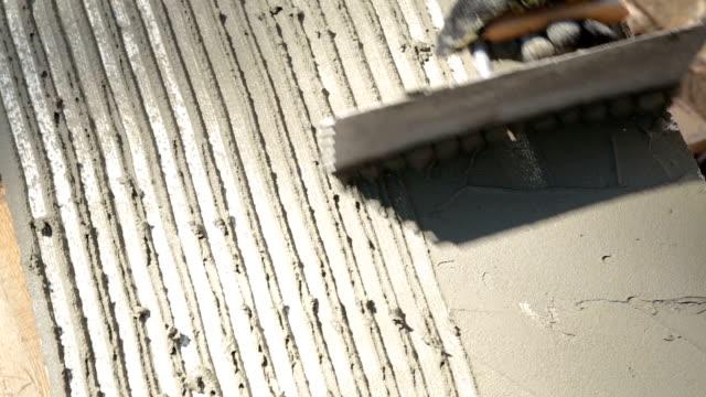 Bereiding van de polystyreen voor aan de muur te lijmen.