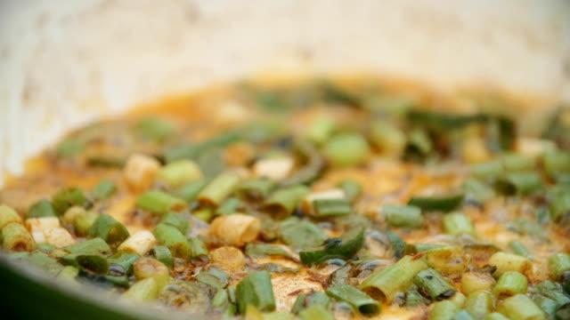 Förbereda indisk Masala stekt ägg