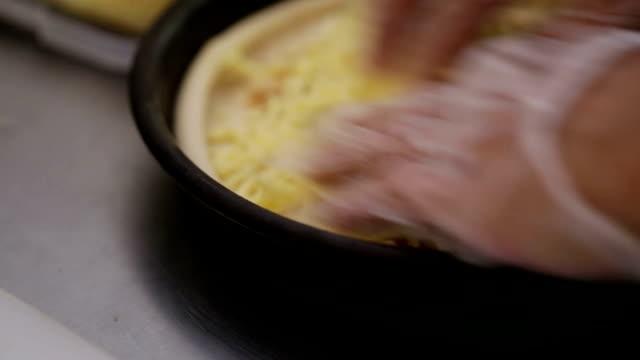 Pizza in der Küche vorbereiten