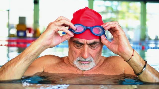 Preparing swimming goggles