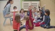 4 K : Scuola materna insegnante lettura libro per bambini