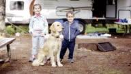 Bambino prescolare i bambini RV campeggio con cane