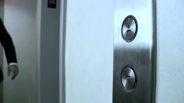 """HD: Drücken auf die Schaltfläche """"Aufzug"""